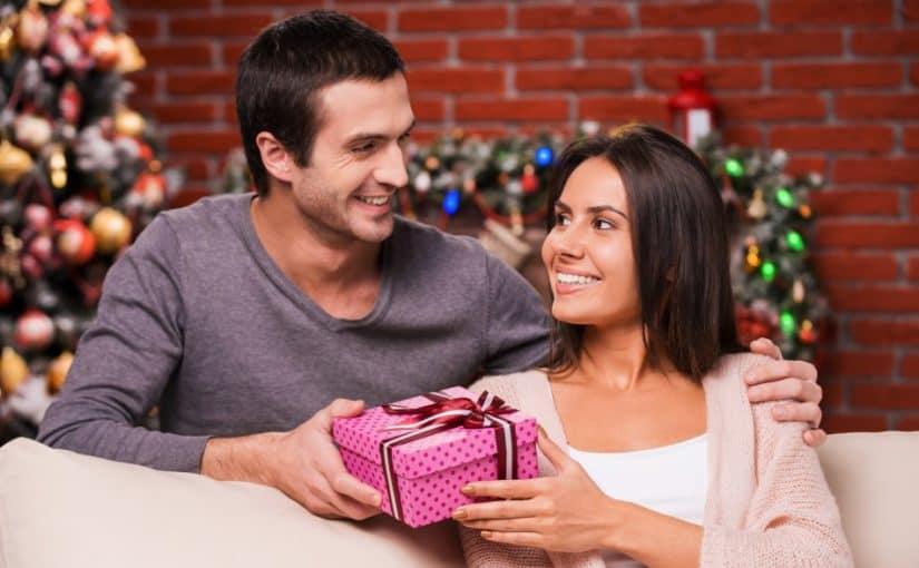 Kvinde der får en julegave af sin mand
