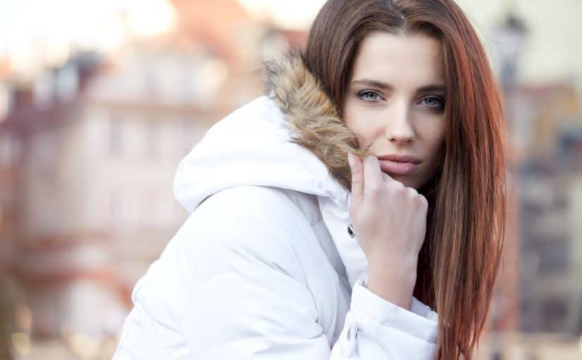 Kvinde i hvid vinterjakke